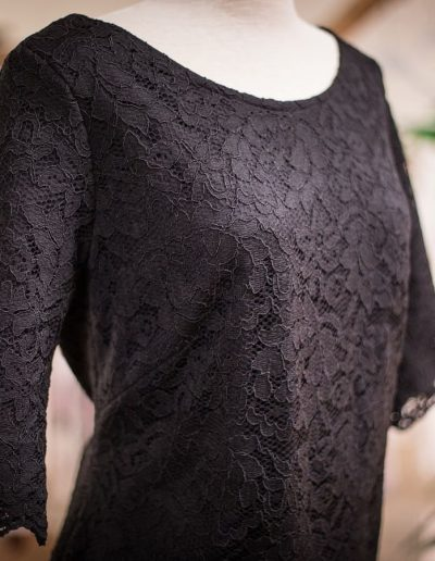 Kleid, maßgeschneidert, Spitze und Jersey, Rückenausschnitt (1)